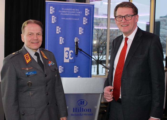 Kenraalimajuri Harri-Ohra-aho ja puheenjohtaja Matti Vanhanen Paasikivi-Seurassa 12.3.2018