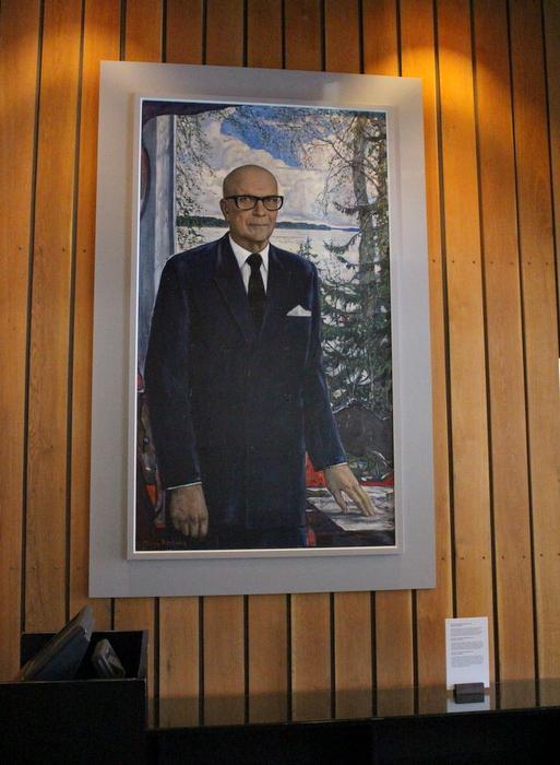 Presidentti Kekkosen muotokuvan, Ilja Glazunov (1973) luovutus Tamminiemeen